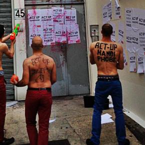 Act Up-Paris exige des Hommen qu'ils retirent leurs masques (...) et leurs pantalons !